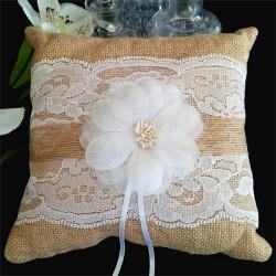 Coussin porte alliances jute et dentelle avec fleur blanche