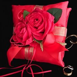 Coussin porte-alliances aux roses rouges et perles