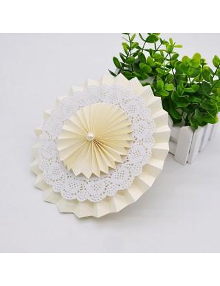 Rosaces en papier avec napperon de dentelle ivoire