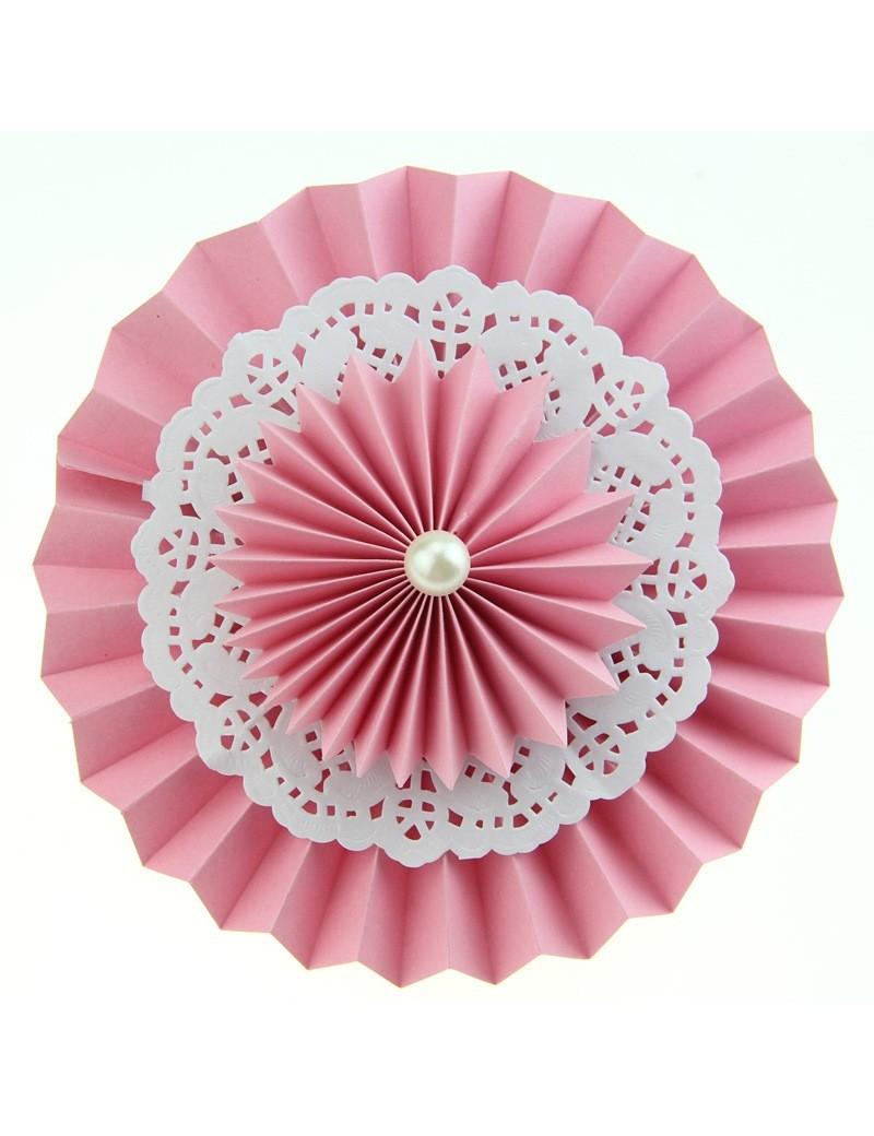 Rosace en papier avec napperon de dentelle rose